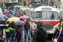 Historické tramvaje a autobusy na náměstí Svobody v Brně.