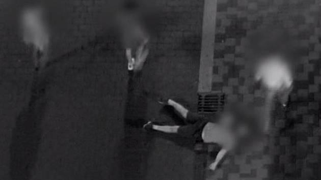 Muž skončil po útoku v centru Brna v nemocnici, strážníci dopadli trojici podezřelých