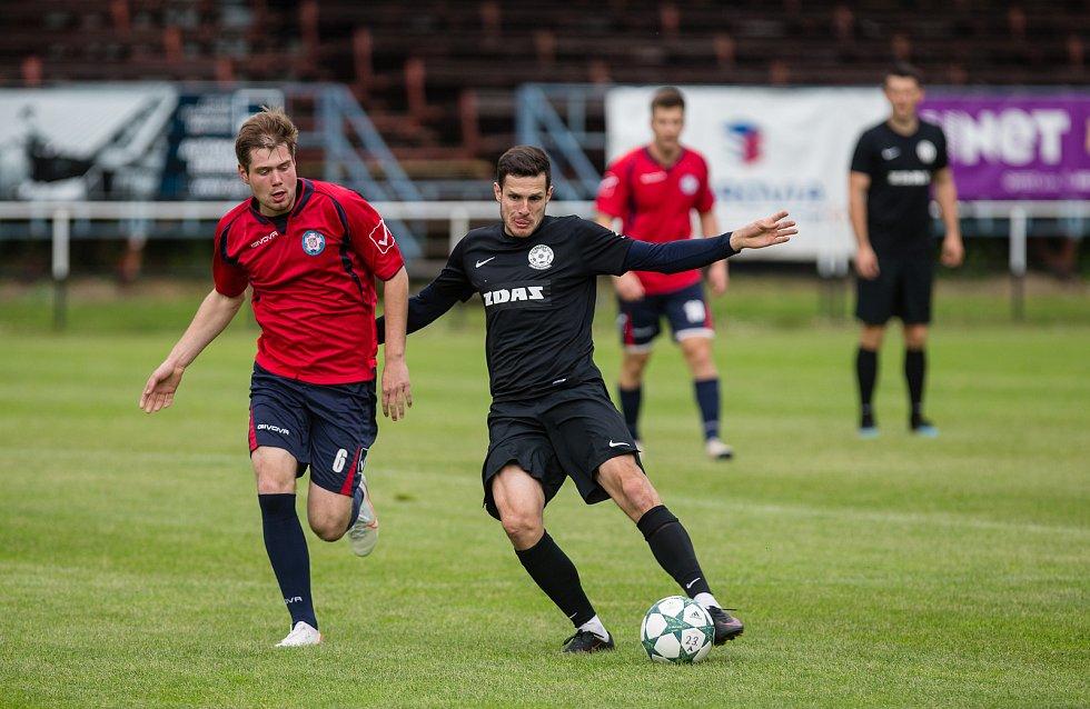 Předkolo domácího poháru sehrají o víkendu také fotbalisté Žďáru (v černém), kteří vyzvou Ždírec. Polná (v červeném) zavítá do Humpolce.
