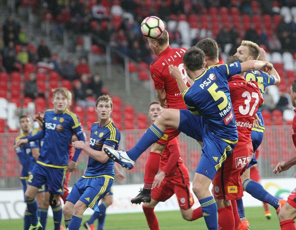 Zbrojovka (v červeném) v poháru Jihlavu vyřadila, v ligovém utkání se zrodila remíza.