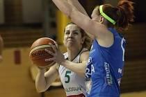 Basketbalistky brněnského Valosunu (v bílém) porazily v úvodním čtvrtfinálovém zápase Trutnov 82:71 po prodloužení.