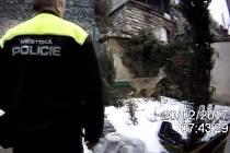 Únik z obezděné zahrady v líšeňské Podhorní ulici v pondělí bezradně hledala mladá srnka. Vyplašené zvíře se podařilo chytit až myslivci.