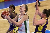 Basketbalistky Žabin Brno (ve světlém) zvládly pohárové čtvrtfinále se Slovankou.