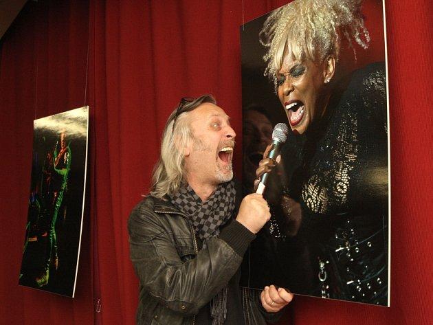 Jiří Vondrák s fotografií zpěvačky Joyce Kennedyové z funk-rockové americké kapely Mother´s Finest