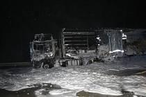 Hořící kamion míjeli po své cestě kolem 170,5 kilometru dálnice D1 ve směru na Brno řidiči od páteční jedenácté hodiny večerní. Policie kvůli požáru nakonec dálnici uzavřela.