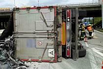 Zraněného řidiče museli vytáhnout z převráceného nákladního auta ve středu o půl dvanácté dopoledne brněnští hasiči. Nehoda se stala pod mostem křížení dálnic D1 a D2.