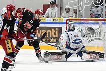 Brno 18.2.2020 - domácí HC Kometa Brno (Marek Čiliak) v bílém proti Mountfield Hradec Králové (Lukáš Žejdl)