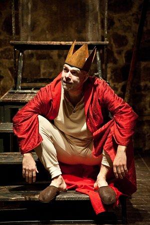Hlavní roli umírajícího Krále Bérengera I. potácejícího se mezi tragickou a komediální polohou ztvární člen Městského divadla Brno Viktor Skála.
