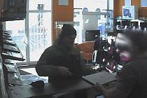 Ukradl notebook z brněnských kolejí v Kounicově ulici. Policie hledá zloděje, který ho poté prodal do bazaru.