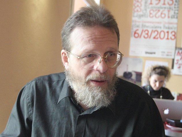 Podle koaličního zastupitele za Žít Brno Jana Hollana, který se jednání finančního výboru neúčastní téměř nikdy, může za potíže s docházkou často se měnící termín setkání.