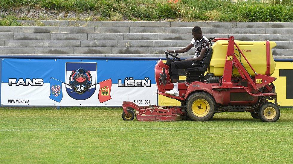 Líšeňský fotbalista Lamine Fall se vedle hraní stará i o hřiště a zázemí stadionu.