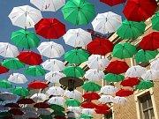 Deštníky v barvách Itálie visí nad hlavami lidí procházejících brněnskou Českou ulicí.