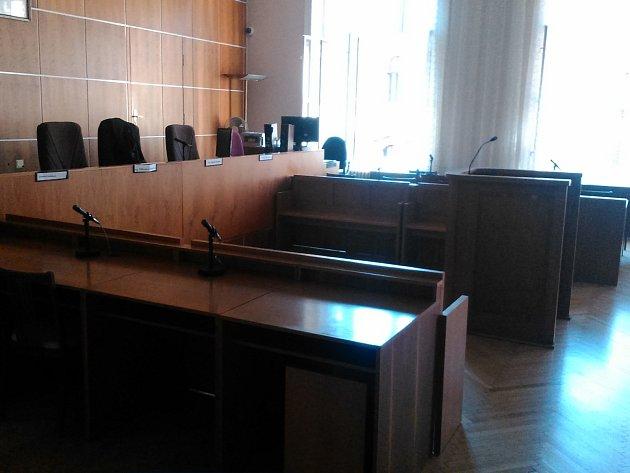 Půl hodiny před začátkem úterního líčení zela ještě soudní síň prázdnotou.