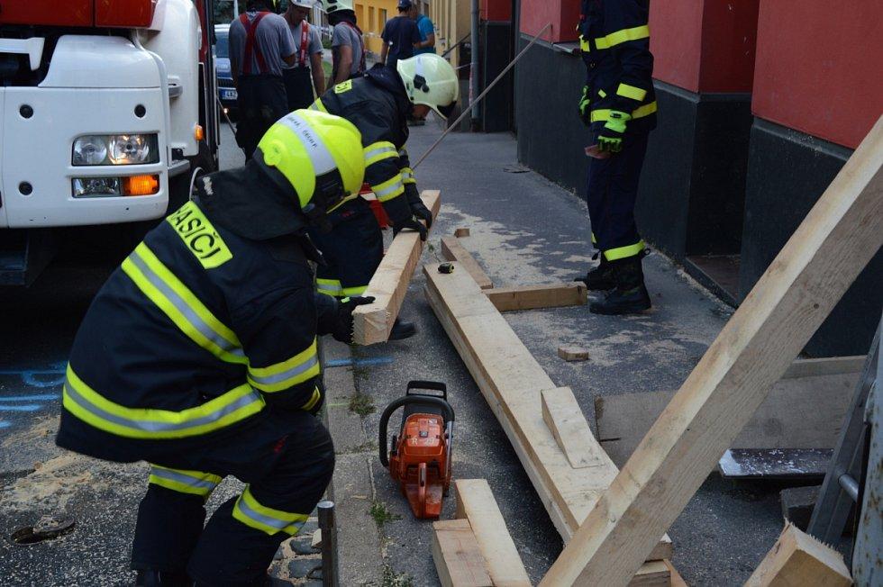 Hasiči zasahovali pět hodin v brněnské Fryčajově ulici, kde voda zatopila sklep domu a narušila statiku. Unikal i plyn. Prasklou stěnu museli hasiči zapažit.