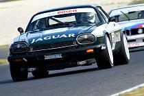 Hřmotný a zároveň tolik elegantní Jaguar XJS s Davidem Bečvářem za volantem nedal na Slovakiaringu u Dunajské Stredy nikomu šanci. Brněnský závodník ovládl obě víkendové bitvy mezinárodního šampionátu Histo-Cup.