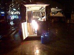 Pohodu na vánočních trzích na brněnském náměstí Svobody v pondělí v půl jedenácté večer vystřídal nutný zásah hasičů. Ti museli řešit požár tlakové lahve u jednoho z pojízdných stánků.
