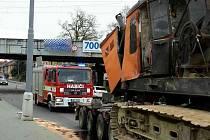 Desítky litrů nafty musely likvidovat tři jednotky hasičů v úterý vpodvečer v Hněvkovského ulici v brněnském Komárově. Hořlavá kapalina unikala z bagru převáženého na podvalníku. Řidič nákladního auta totiž nezvládl řízení a narazil do mostu.