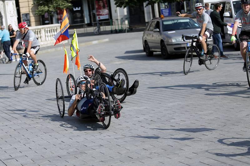 Dušan Petřvalský již desítky let nechodí. To mu však nebrání zopakovat svůj výkon, kdy před dvaceti lety přijel na handbiku do Říma.