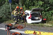 Provoz na silnici I/50 zablokovala ve čtvrtek odpoledne dopravní nehoda nákladního a osobního auta. Došlo k ní před půl pátou poblíž nájezdu na dálnicí D1 ve směru na Brno. Při střetu aut se zranili dva lidé.