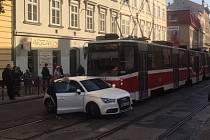 Nehoda tramvaje a bílého auta ve Veveří ulici v Brně.