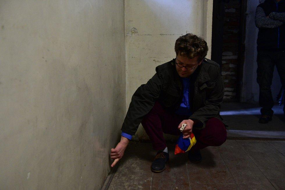 Po obvodu místnosti je patrná rozstříknutá krev, kterou vězni neumyli.Nález krve je rarita. V žádné věznici v České republice se nenašly stopy krve.
