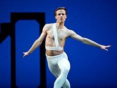 Jeden z největších světových baletních umělců, absolvent brněnské taneční konzervatoře Zdenek Konvalina se v představí po devatenácti letech. V pondělí a v úterý vystoupí ve dvou komorních diskuzních večerech ve Vile Tugendhat.