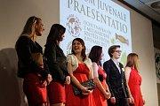 Přes osm stovek vzorků mladých vín hodnotila porota při letošním ročníku Vinum juvenale. Jako nejlepší ve středu večer vyhodnotili Chardonnay 2015, výběr z hroznů Střední vinařské školy ve Valticích. Kromě nejlepšího vína byla korunovaná Královna vína.