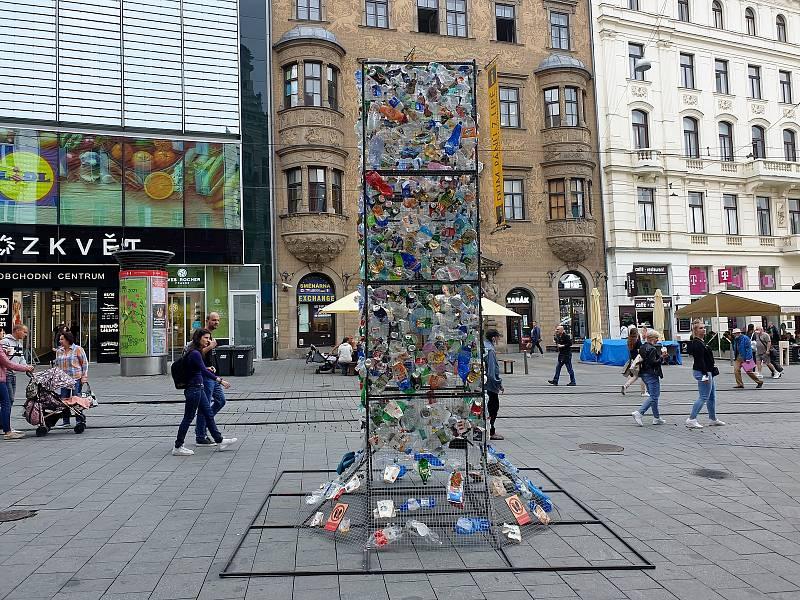 Na brněnském náměstí Svobody stojí od pondělí Jednička. Má upozornit na zbytečné plýtvání jednorázovými obaly.