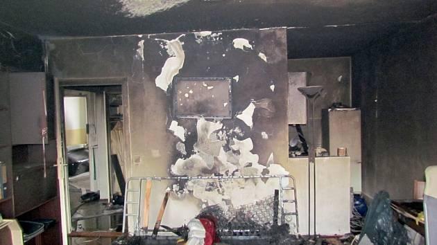 Pravděpodobně žhář zapálil byt, který hořel v pondělí před devátou hodinou ráno v panelovém domě na Mikuláškově náměstí ve Starém Lískovci.