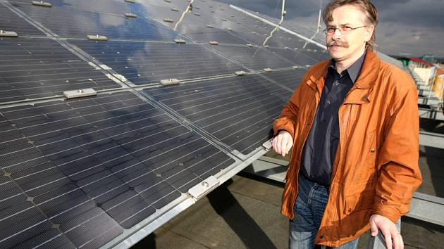 Střecha Pedagogické fakulty Masarykovy univerzity je pokrytá solárními panely. Hlídá je Petr Sládek.