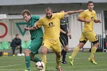 Fotbalisté Moravského Krumlova (ve žlutém) proti Bystrci.