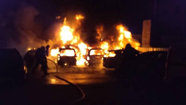 Ničivé plameny zachvátily v centru Brna sedm aut.