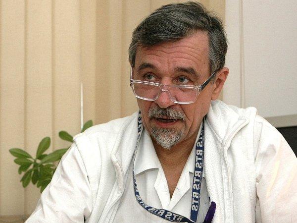 Ortoped Jan Poul pracuje už čtyři desetiletí vbrněnské dětské nemocnici. Zaměřuje se hlavně na léčbu mozkové obrny.