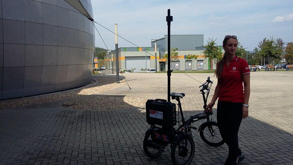 Vozítko, které pomůže vozíčkářům a nevidomým, ve středu poprvé vyjelo před budovu fakulty elektrotechniky Vysokého učení technického.