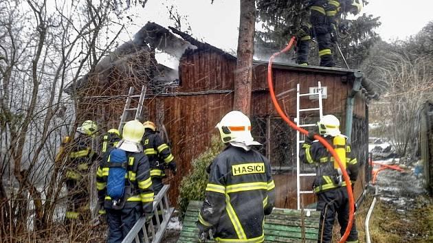 V Brněnských Ivanovicích hořela chatka.