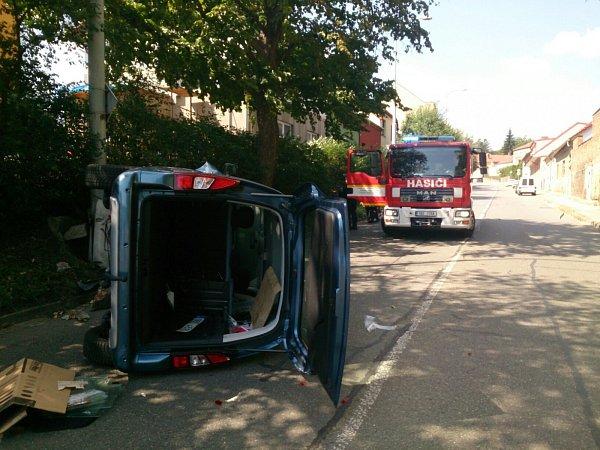 Citroen zboural sloup veřejného osvětlení vBrně-Řečkovicích. Auto skončilo na boku.