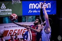 Brněnští basketbalisté (vlevo Javion Blake) se s USK Praha střetli v sobotu i v neděli. O postupujícím do semifinále rozhodne pátý duel.