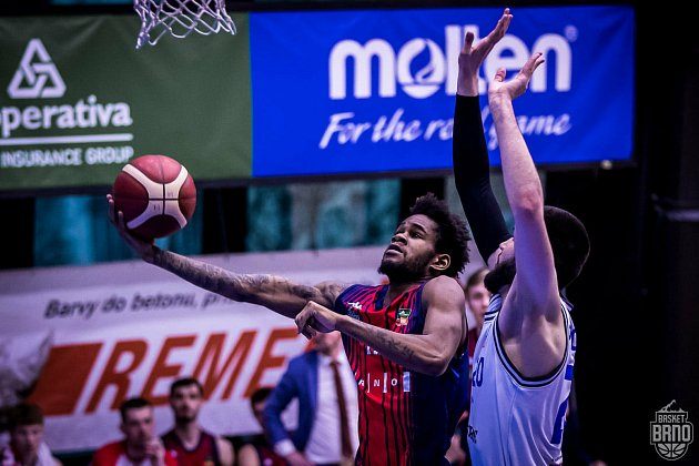 Brněnští basketbalisté (vlevo Javion Blake) se sUSK Praha střetli vsobotu ivneděli. Opostupujícím do semifinále rozhodne pátý duel.
