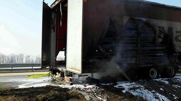 Hořící kamion zablokoval dálnici D2 uBrna.