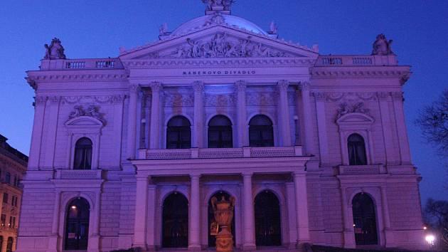 Osvětelné brněnské Mahenovo divadlo.