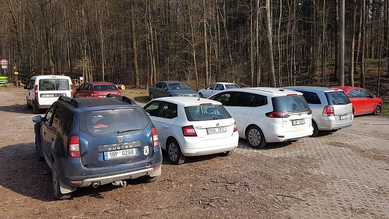 29.3.2020 okolí Brna - víkend v době nouzového stavu a omezeného vycházení - parkování u hájovny Na lukách