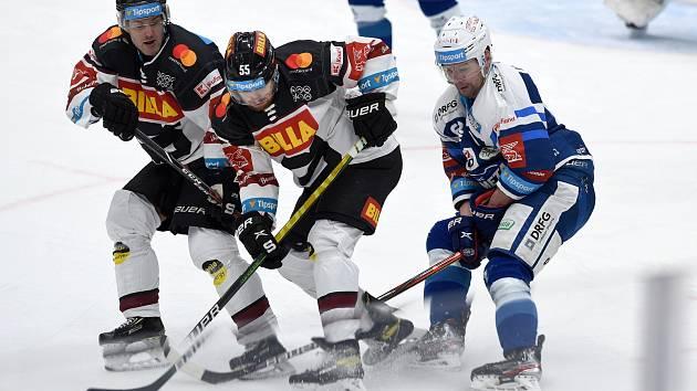 Poslední dva zápasy v Kometě odehrál Ondřej Němec (na snímku v modrobílém dresu) právě proti Spartě.