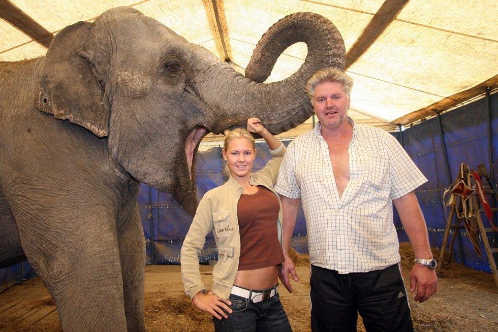 principál Alex Polach s dcerou Helenou a slonicí Kitty