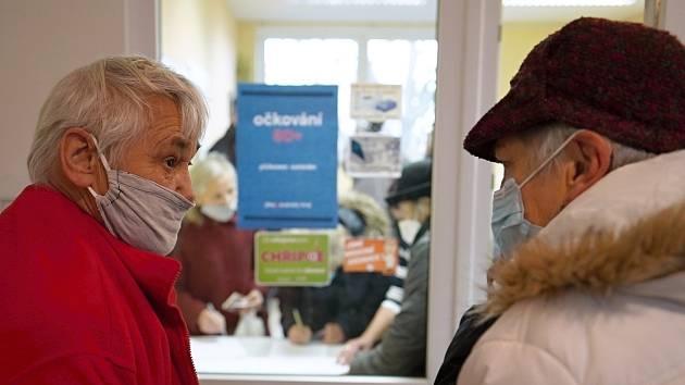 Pilotní místní očkování vakcínou proti Covid-19 v Těšanech na Brněnsku. Pro první dávku si přišli starší osmdesáti let do zdravotního střediska v obci, 20.ledna 2021. Ilustrační snímek.