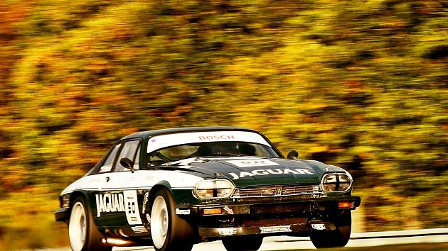 David Bečvář v Jaguaru XJS na Masarykově okruhu.