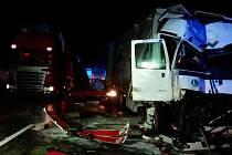 Na sto osmdesátém osmém kilometru dálnice D1 se v pátek večer srazily dva kamiony. Zůstaly zaklíněné do sebe, dálnice proto byla v jednom směru několik hodin uzavřena.