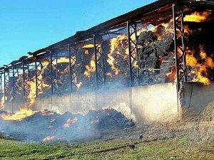 Požár skladu slámy likviduje 50 hasičů. Zásah komplikuje vítr, potrvá až do noci