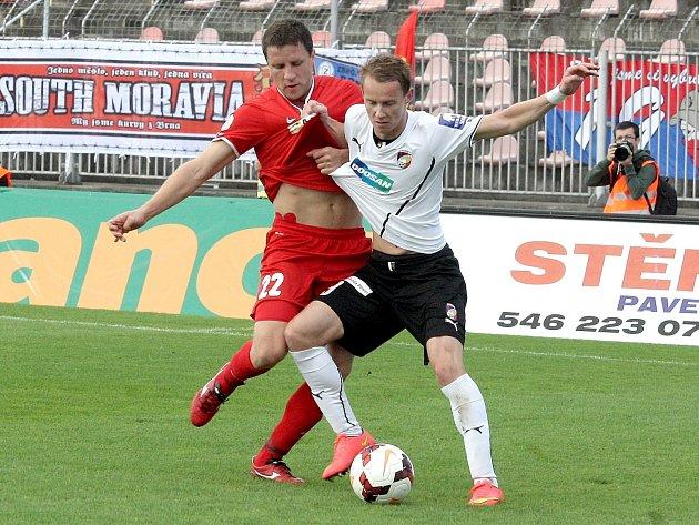 Fotbalista Aleš Schuster (v červeném).