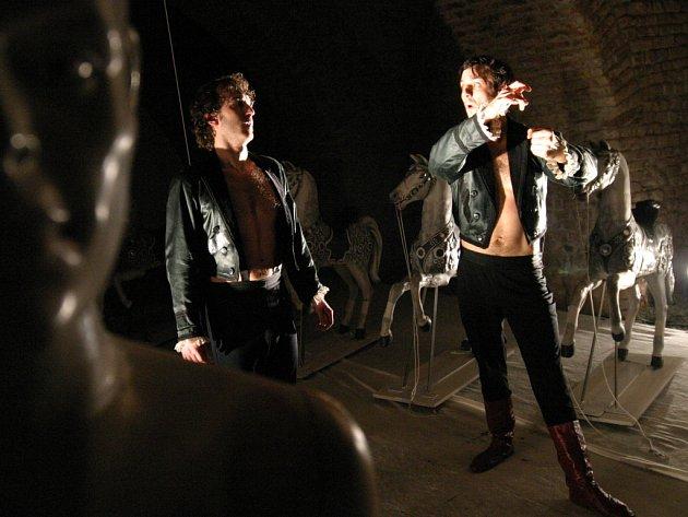 Pavel Gajdoš a Jan Grundman postupně rozehrávají na sklepní scéně drama Havlova dopisu.