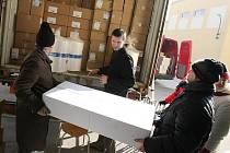 Lidé z brněnské pobočky Nadace svatého Františka z Assisi nakládali v pondělí dopoledne na nádraží v Modřicích na Brněnsku kontejner se zdravotnickými potřebami pro malomocné pacienty v indické Kolkatě.
